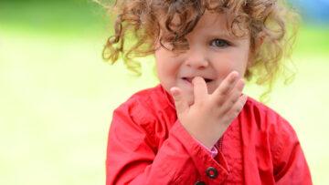 Nägelkauen bei Kindern: Was hilft gegen das Knabbern?